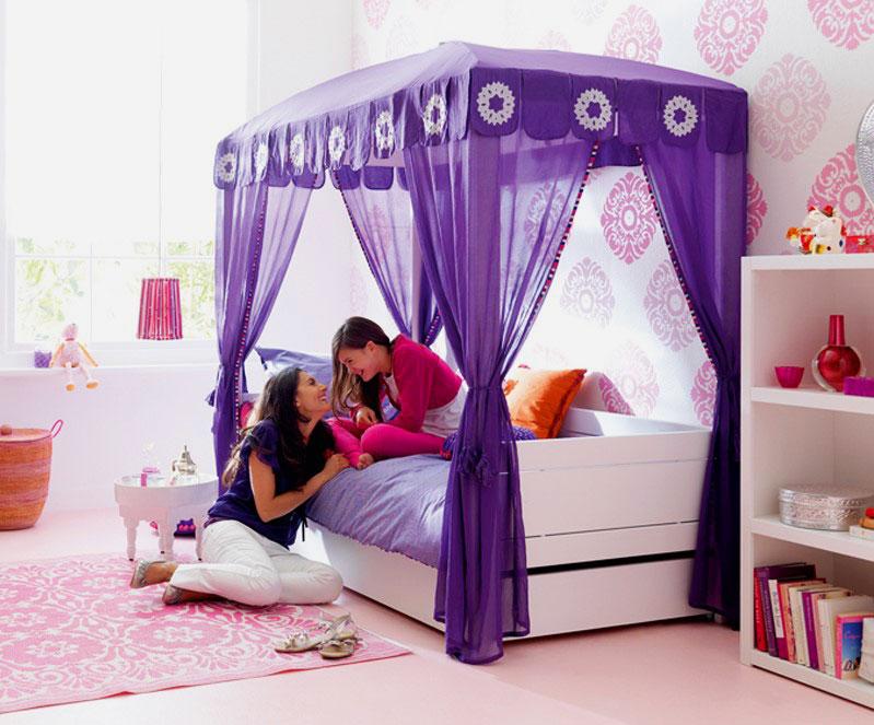 Сиреневый балдахин над кроватью в интерьере комнаты девочек подростком