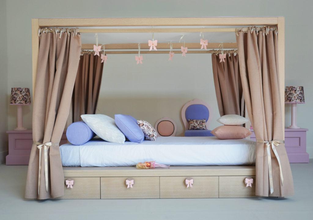 Кровать подростка с деревянной рамой для балдахина