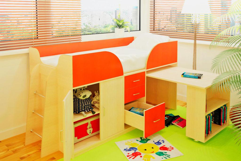 Низкая кровать-чердак для детей с выдвижным встроенным столом