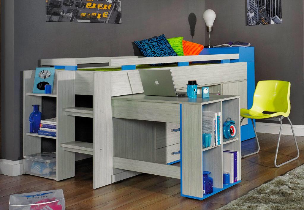 Детская кровать с выдвижным столом оборудованным встроенными полками
