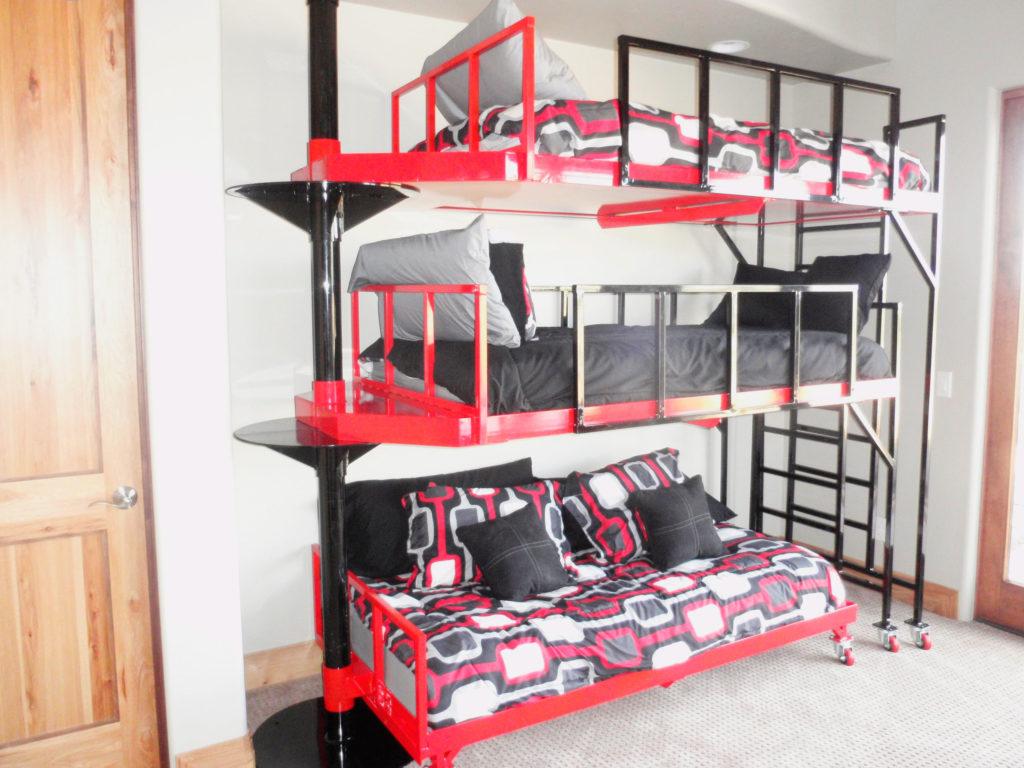 Трехъярусная кровать в интерьере