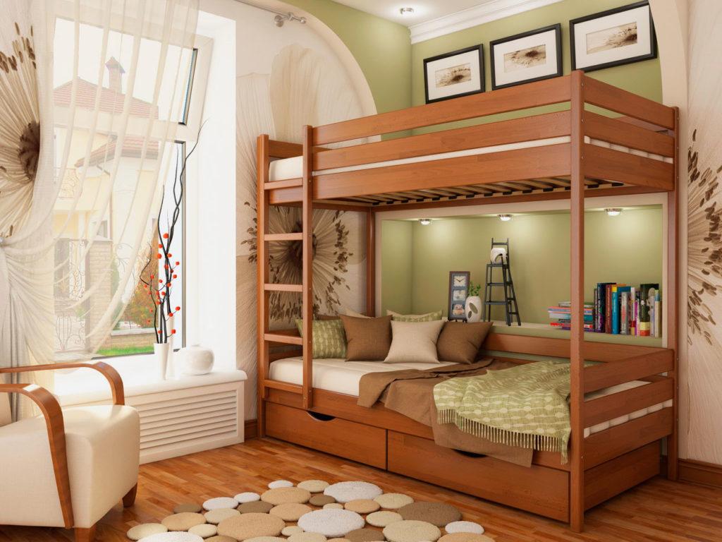 Деревянная двухъярусная кровать в интерьере детской комнаты