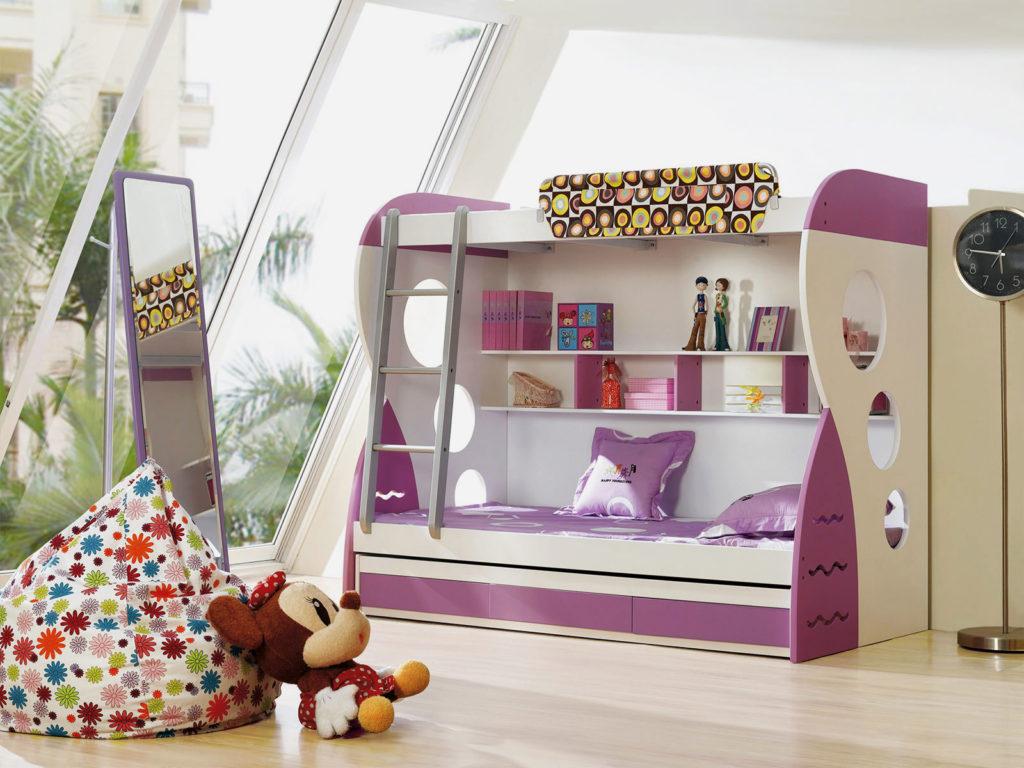 Двухъярусная кровать с выдвижным ящиком в интерьере детской комнаты