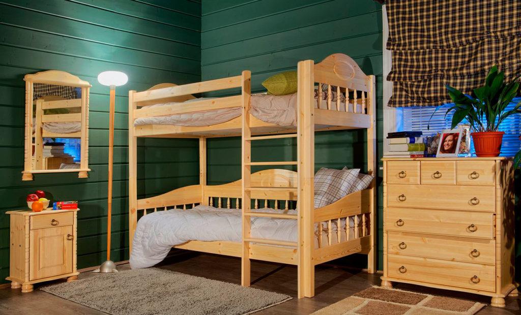 Фото деревянной двухъярусной кровати в интерьере комнаты