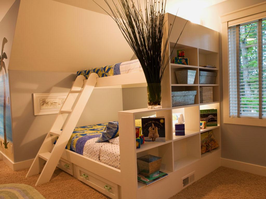 Большая двухъярусная кровать в интерьере комнаты