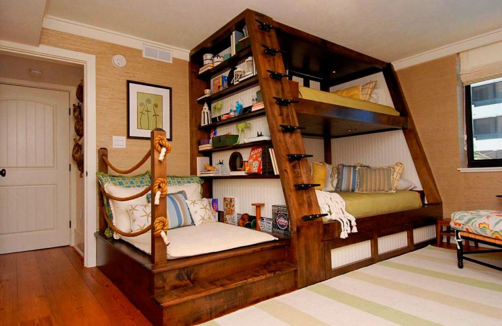 Большая деревянная двухъярусная кровать