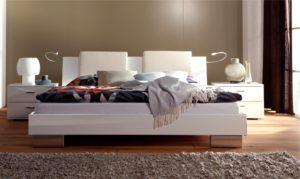 Стильная двуспальная кровать в интерьере
