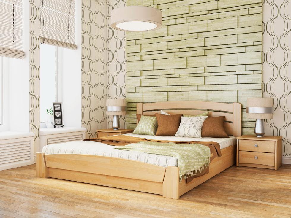 Деревянная двуспальная кровать в интерьере спальной комнаты