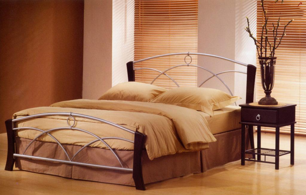 Фото двуспальной кровати с металлическим изголовьем и изножьем
