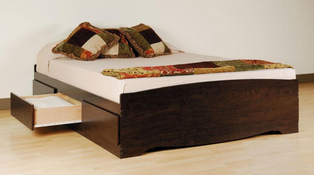 Двуспальная кровать с выдвижными вещевыми ящиками