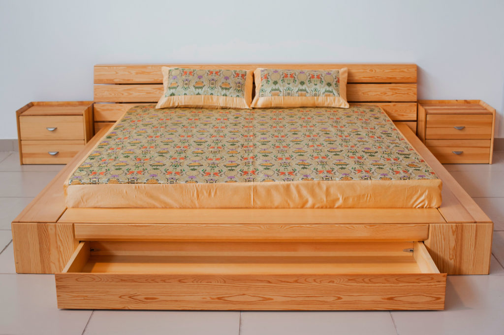 Кровать с выдвижными ящиками для хранения белья