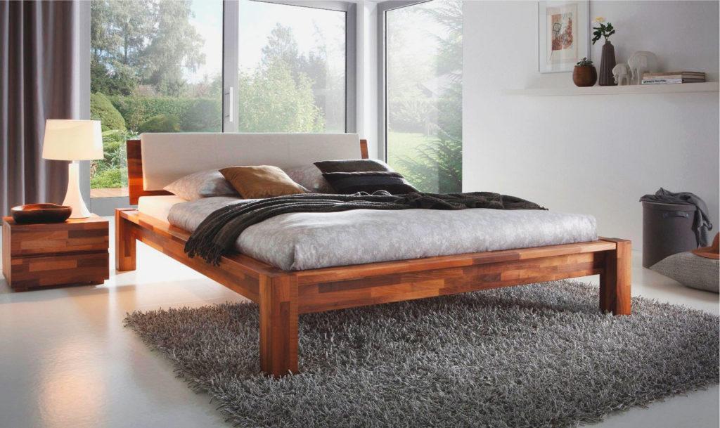 Фото деревянной кровати на высоких ножках в интерьере