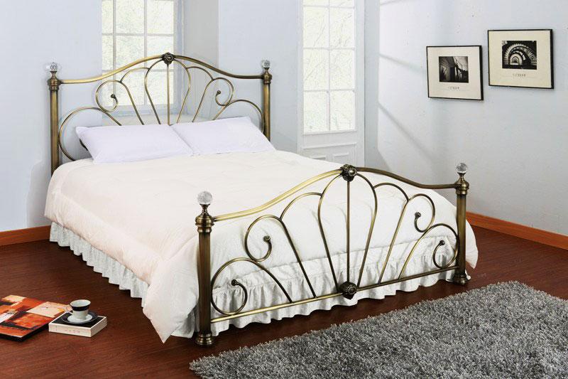 Кованная кровать в интерьере спальной комнаты