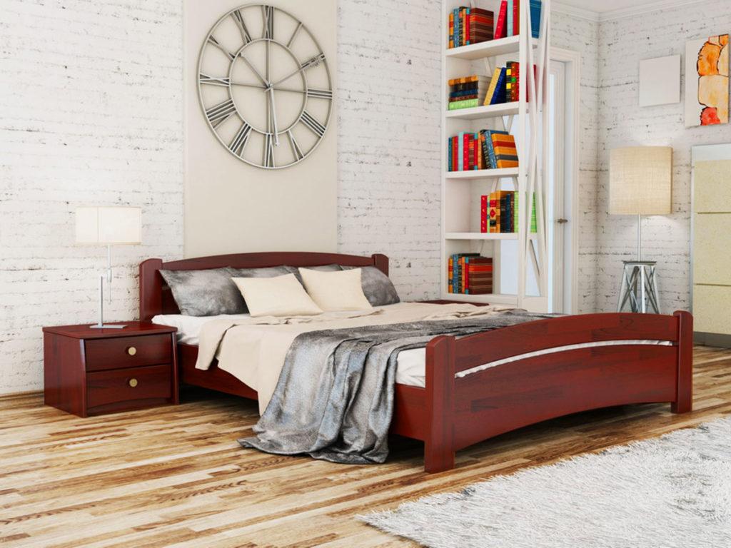Двухспальная кровать в спальне