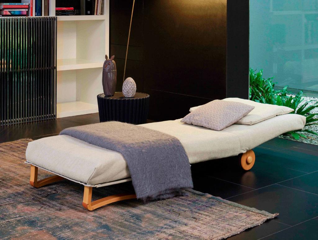 Фото стильного раскладного кресла со спальным местом