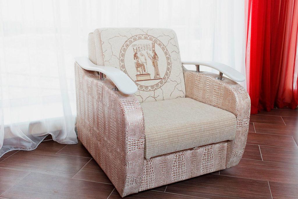 Фото раскладного кресла с твердыми подлокотниками в интерьере