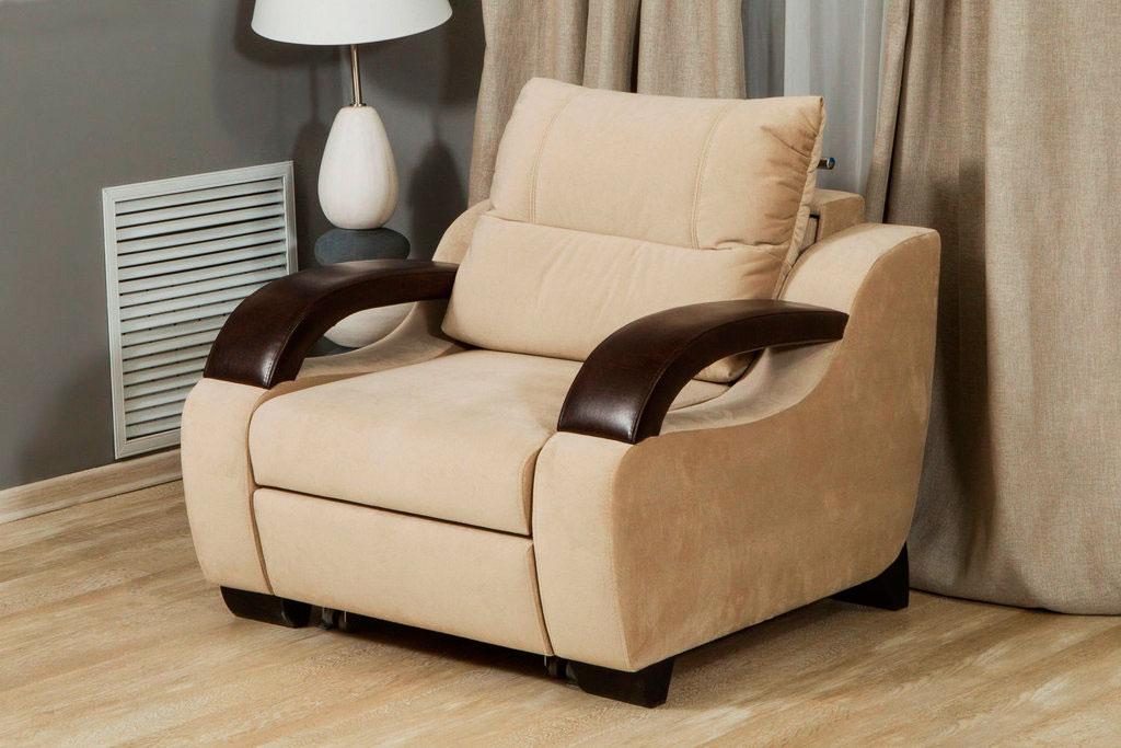 Раскладное кресло-кровать с кожаными подлокотниками в интерьере комнаты