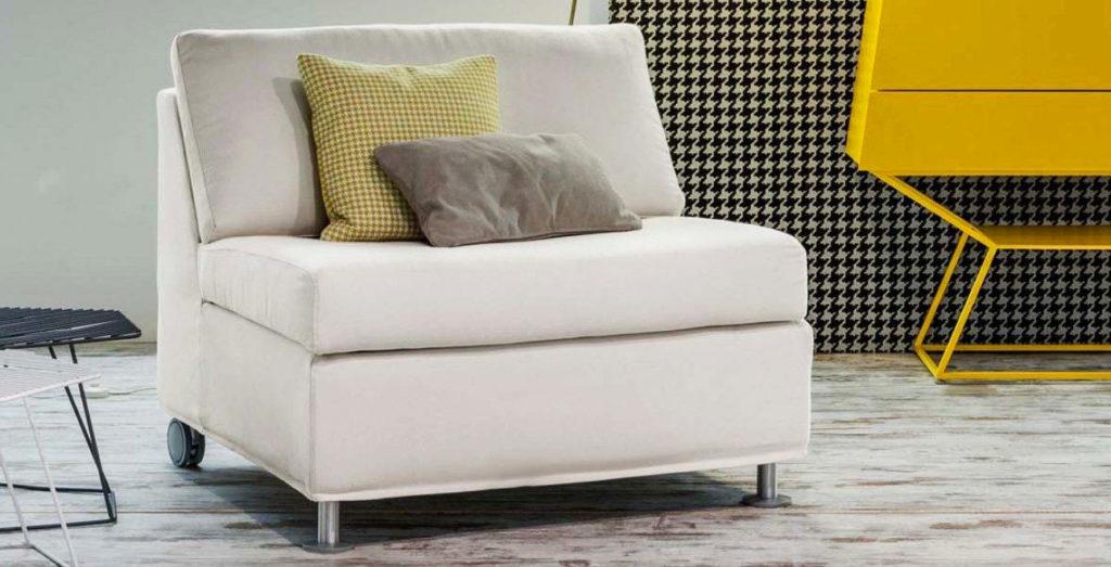 Раскладное кресло-кровать в интерьере комнаты