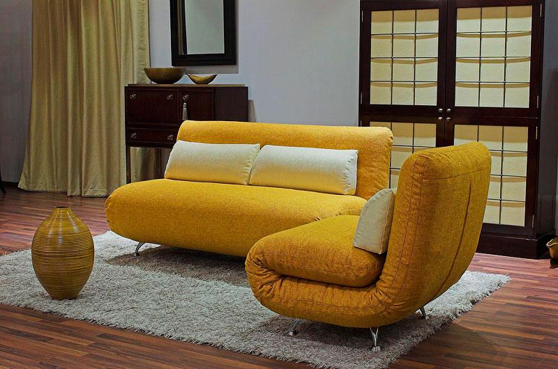 Кресло-кровать и диван в интерьере комнаты