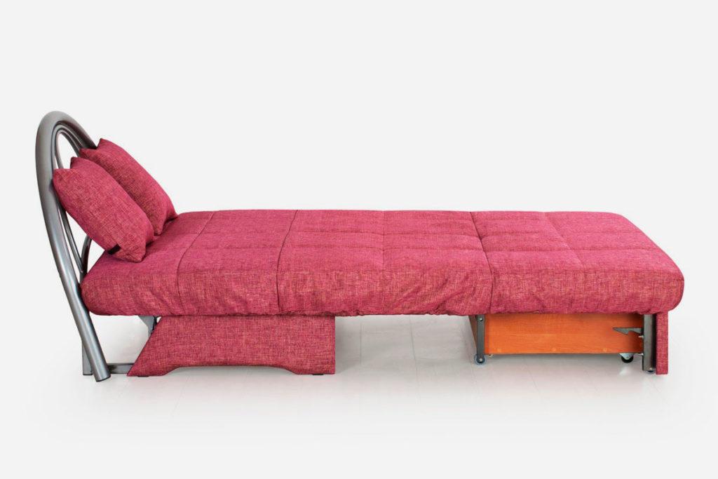 Раскладное кресло на металлическом каркасе с ровным ортопедическим спальным местом