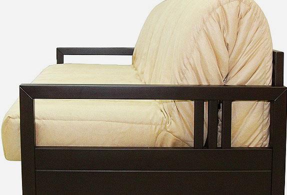 Кресло ортопедическим матрасом и деревянными подлокотниками