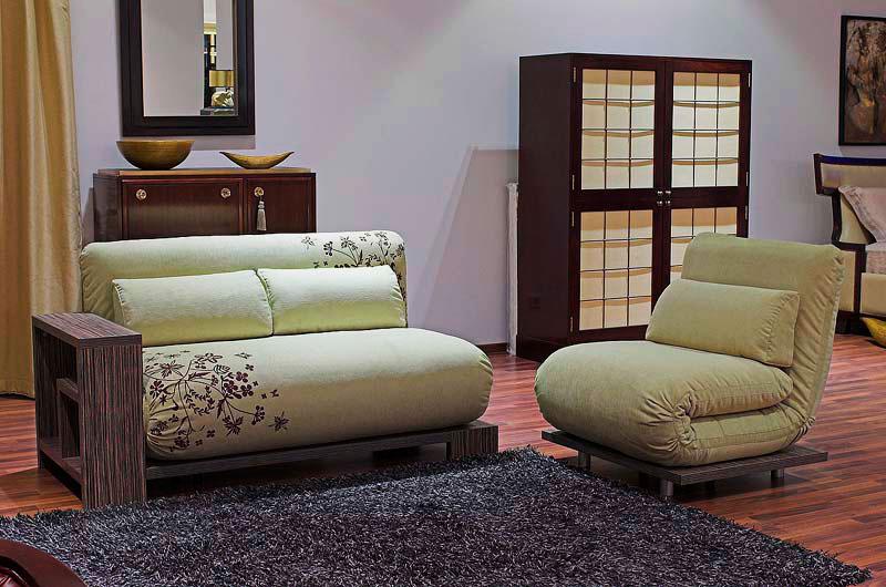 Интерьер гостиной с раскладным ортопедическим креслом и диваном