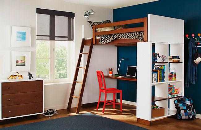 Встроенная кровать-чердак в комнате подростка с рабочей зоной внизу