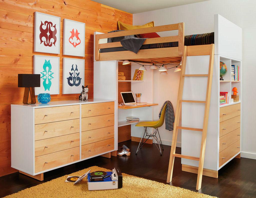 Большая кровать чердачного типа в комнате подростка с рабочей зоной поднизом