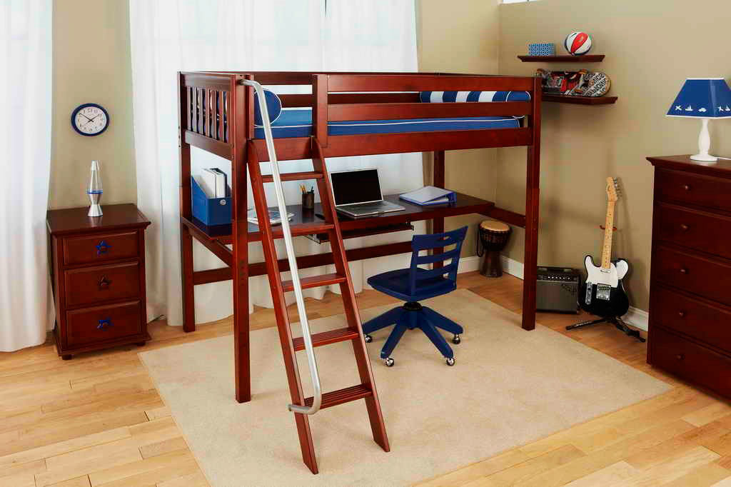 Деревянная кровать-чердак для подростков с наклонной лестницей с металлическим поручнем