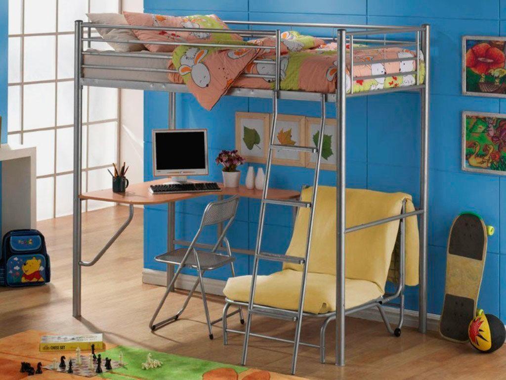 Металлическая кровать-чердак с угловым столом креслом внизу