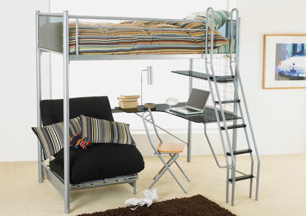 Металлическая односпальная кровать-чердак со стеклянным угловым столом и креслом внизу