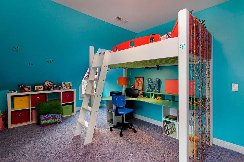 Кровать-чердак в комнате подростка с наклонной деревянной лестницей в плоскими ступеньками
