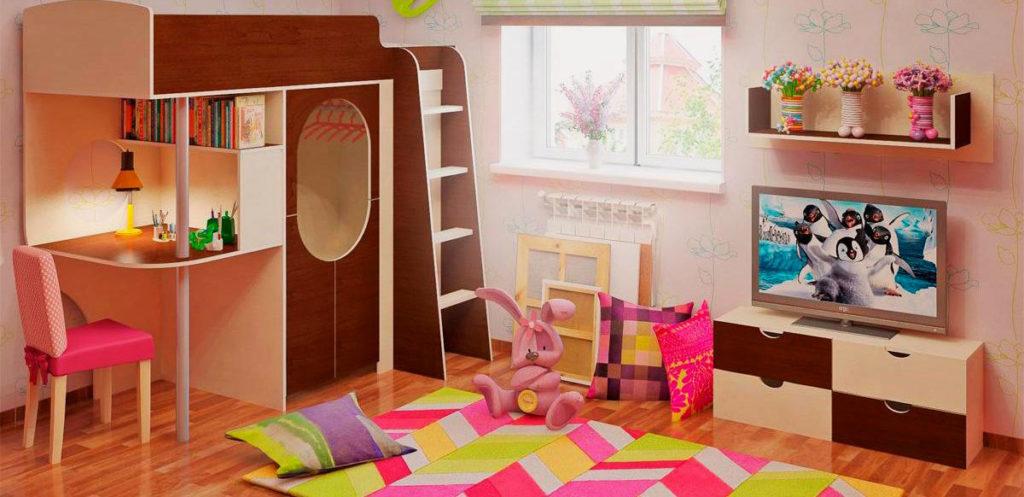 Кровать чердак со столом в интерьере комнаты девочки