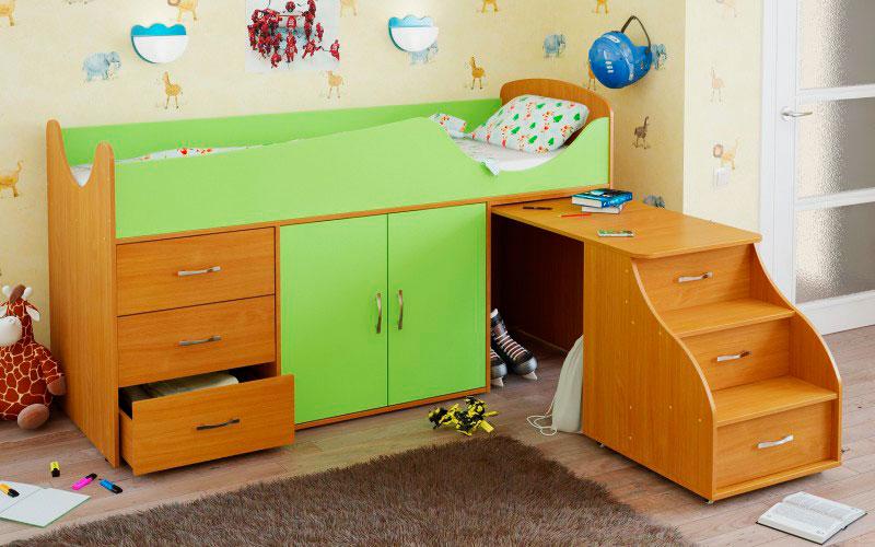 Фото низкой кровати чердака для маленьких детей со шкафчиком, выдвижными ящиками и писменным столом