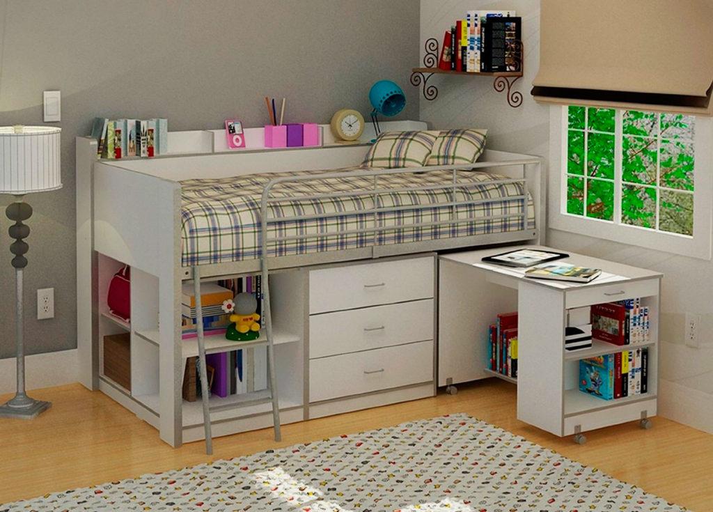 Низкая кровать-чердак с выдвижным столом оснащенным полочками