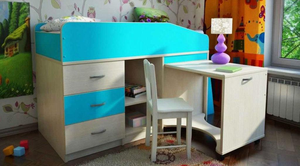 Низкая кровать-чердак для детей с выдвижными ящиками и столом