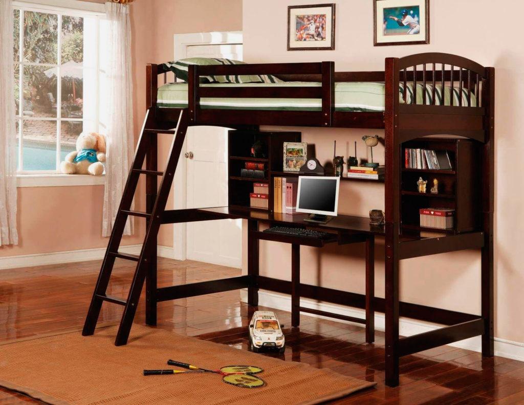 Фото деревянной кровати со столом внизу и наклонной лестницей