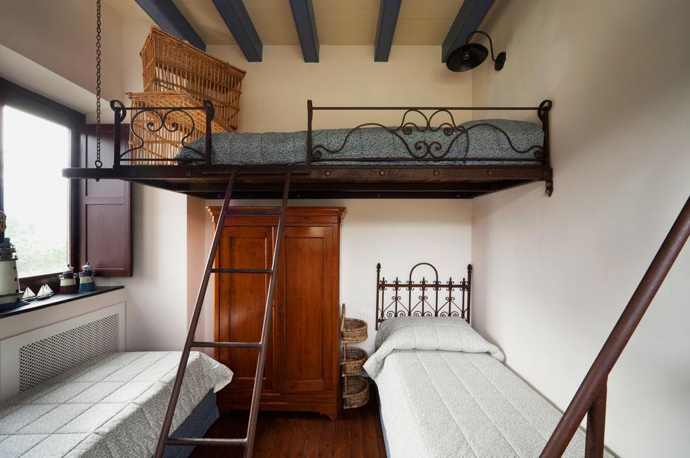 Кровать под потолком с кованными бортиками