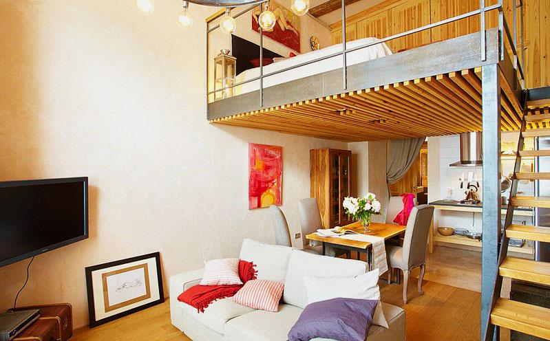 Фото комнаты с кроватью размещенной под потолком