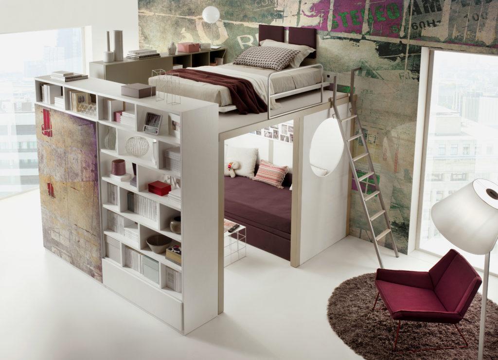 Кровать под потолком расположенная посередине комнаты с рабочей зоной под низом