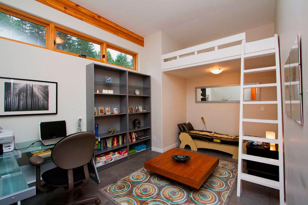 Интерьер комнаты с кроватью под потолком