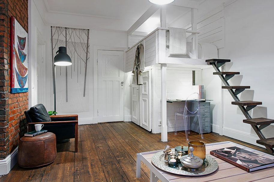 Комната с кроватью установленной под потолком