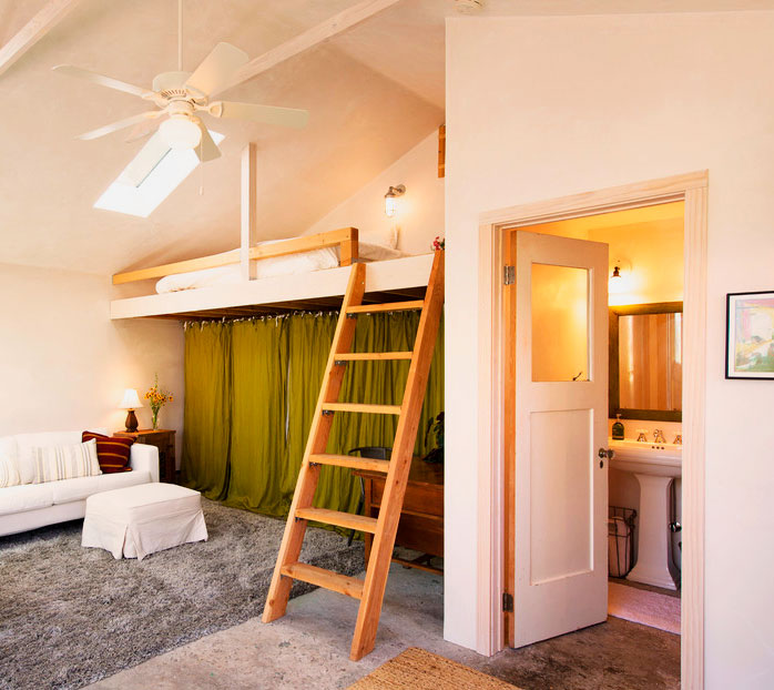 Кровать встроенного типа расположенная под потолком