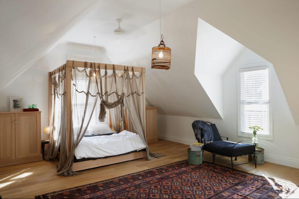 Фото кровати с балдахином закрепленным на деревянном каркасе