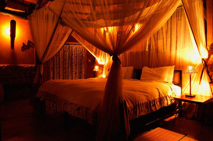 Кровать с пологом в интерьере спальной комнаты