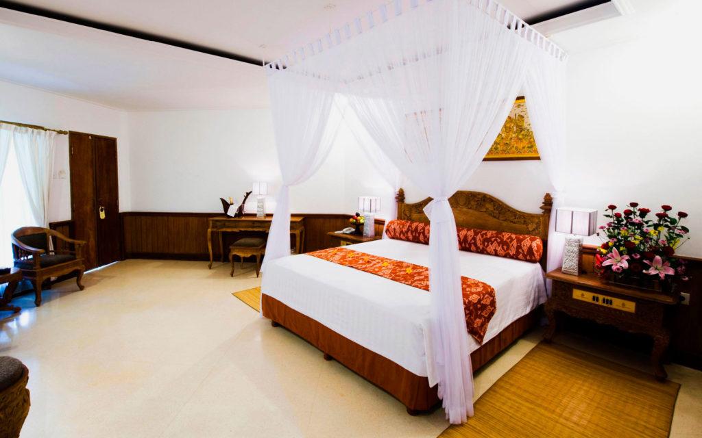 Фото подвесного к потолку балдахина над кроватью из белой прозрачной ткани