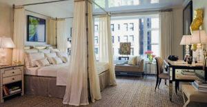 Фото кровати с балдахином в интерьере спальной комнаты