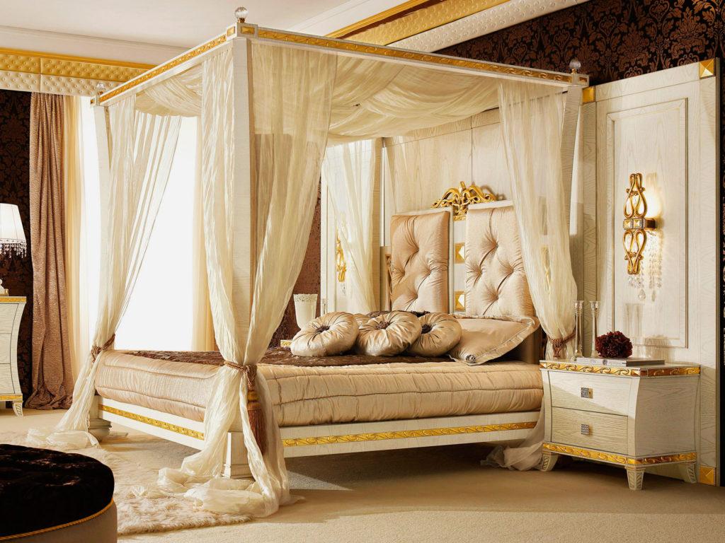Интерьер спальной в классическом стиле с кроватью с балдахином