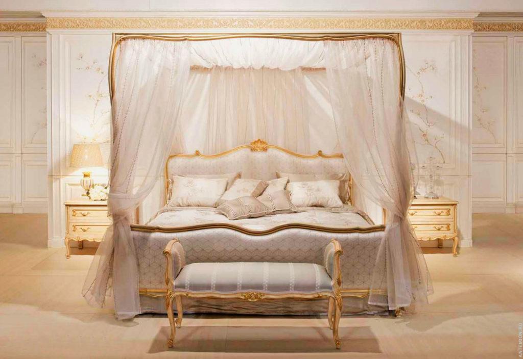 Кровать с балдахином в интерьере роскошной спальни