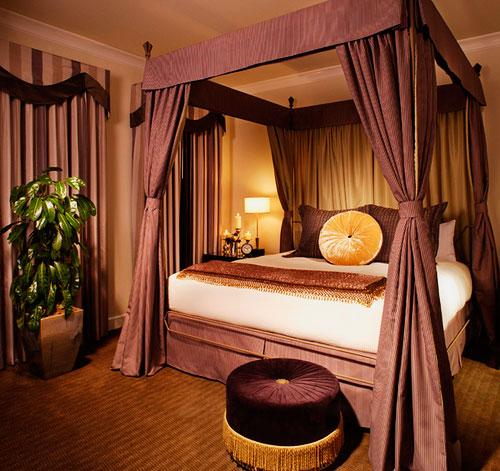 Кровать с плотным балдахином каркасного типа крепления